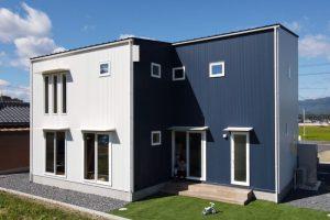 R+houseグランブルーとホワイトの外観